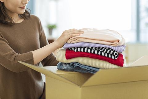 衣類を梱包する